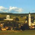 Ad una cinquantina di chilometri a nord di Vicenza, a mille metri sul livello del mare, immersa nei boschi di faggi e abeti dell'altopiano che porta il sue nome, Asiago...